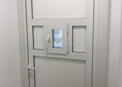 Porte en aluminium avec trappon pour une pharmacie